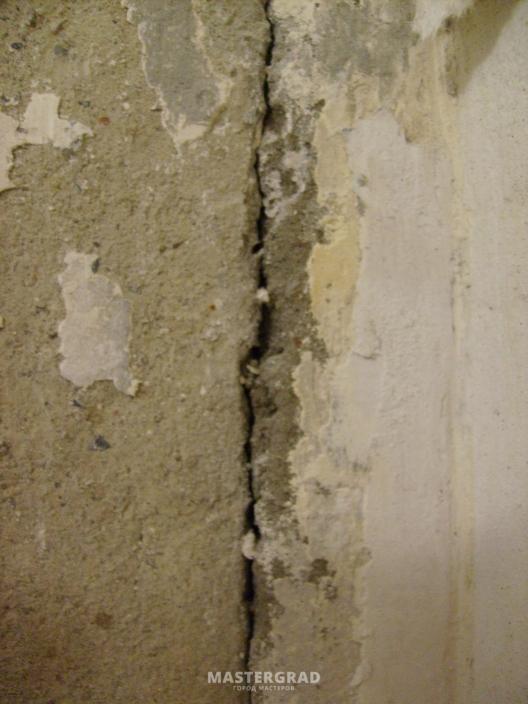 Тренули стены после установки плит 35