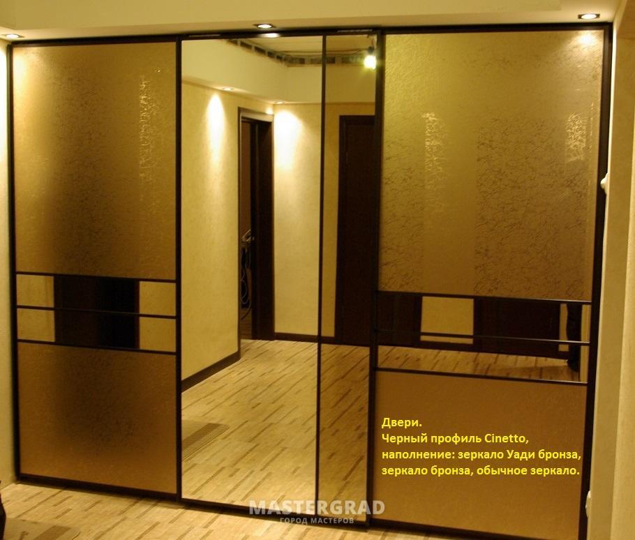 Зеркальные двери шкафа в профиль.