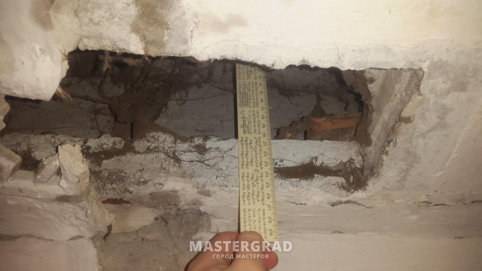 В подъезд между этажами просверлили дырки